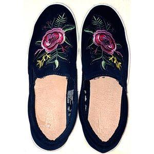 🔥3/$27🔥Brash black embroidered platform slip ins